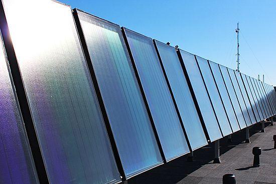 100 m2 aurinkokeräimiä asuintalon katolla