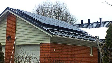 Omakotitalo Lahti – aurinkopaneelit katolla