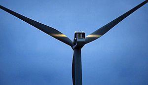 Tuulivoimalan lavat heijastavat valoa – Simo